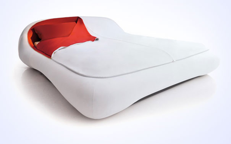 desain-tempat-tidur-dengan-kasur-merah-dan-tutup-risleting