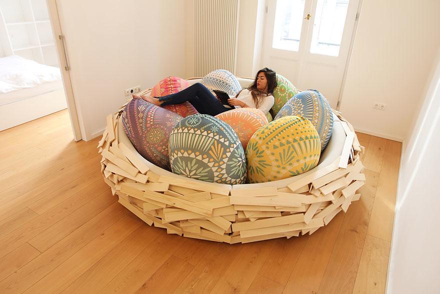 desain-tempat-tidur-berbentuk-sarang-burung-dengan-bantal-berbentuk-telur-dengan-pola-tribal