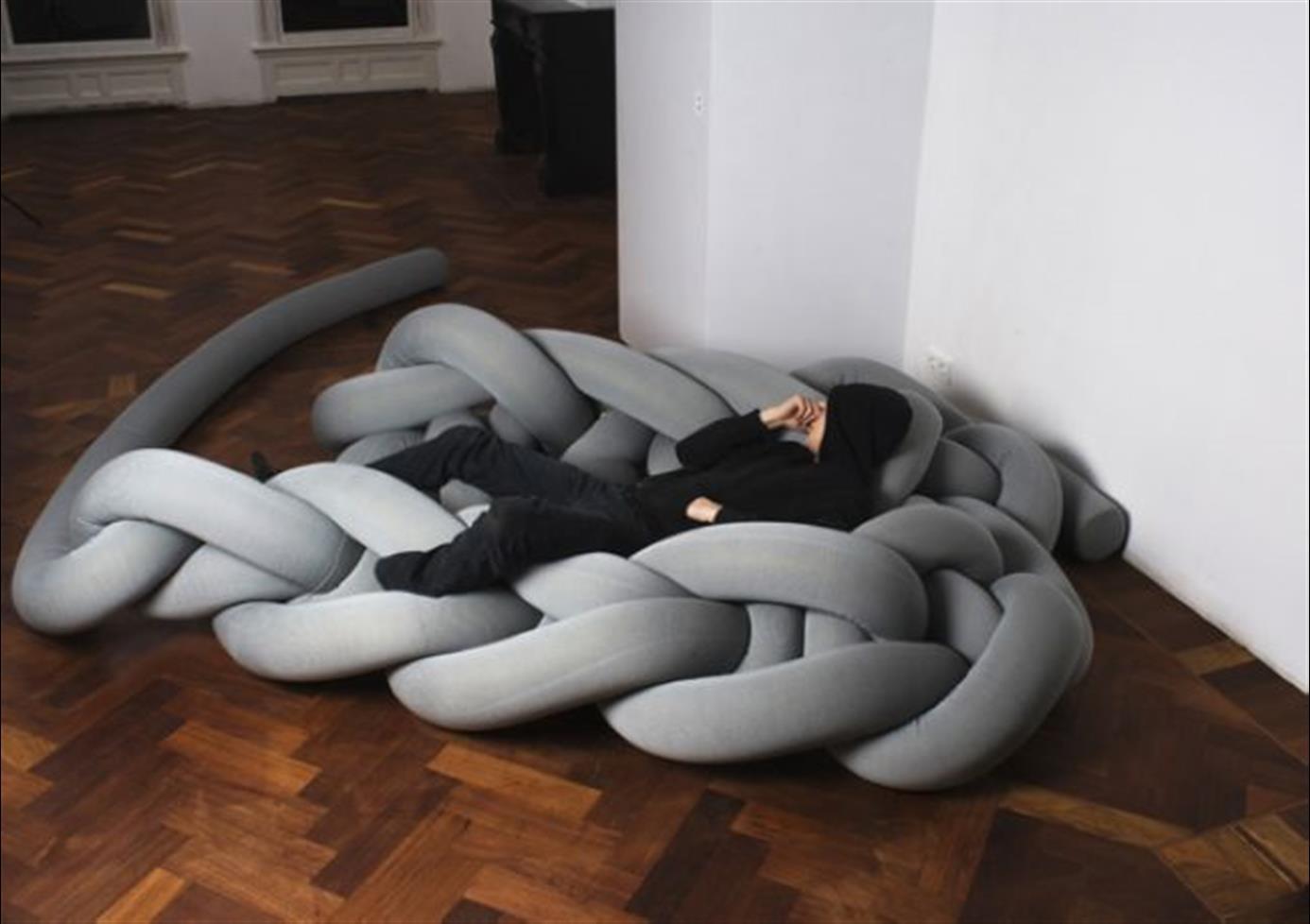 desain-tempat-tidur-dari-benang-rajutan-warna-abu-abu