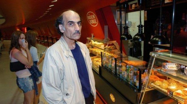 manusia-aneh-mehran-karimi-nasseri-tinggal-di-bandara-sejak-1988